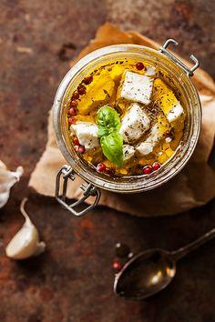 Feta marinée à l'huile d'olive Ingrédients  Pour 1 pot Préparation : 10 minutes 100/150g de feta (selon votre pot) thym basilic (ou laurier ou autre) 1 gousse d'ail poivre rose poivre noir huile d'olive vierge extra
