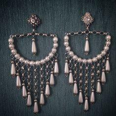 O mesmo, só que diferente! #brincos #maxibrincos #earrings #interiorbijuterias #bijuterias #bijoux #bijouxlovers #acessorios #perolas #pearls #feitoamao #handmade #compredequemfaz #encomenda #santoscity #013