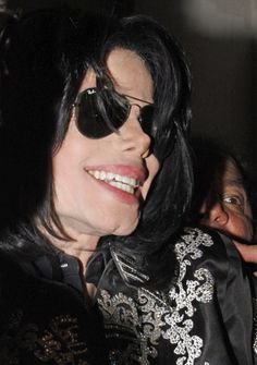 Michael Jackson Photos - Michael Jackson pictured returning to his hotel from the 02 center as he is swamped by his fanatic fans. - Michael Jackson Photos - 396 of 1207