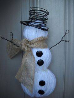 After Christmas Decor.snowman - yarn or white deco meh wrapped foam balls, burlap ribbon for scarf and thin wire for hat/arms. After Christmas, Noel Christmas, All Things Christmas, Christmas Ornaments, Natural Christmas, Snowman Ornaments, Christmas Porch, Angel Ornaments, Ball Ornaments
