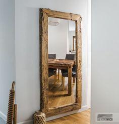 Zjawiskowe lustro z szeroką ramą wykonaną ze starego drewna to ciekawy dodatek dla Twojego domu. Rama lustra nie jest przypadkowa – to staranie wyselekcjonowane drewno, które przez lata zachowa swój oryginalny wygląd. Lustro świetnie sprawdzi się w salonie, sypialni lub też w przedpokoju. Ciemne drewno przyjemnie będzie kontrastowało z różnorodną kolorystyką ścian.