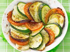 Kasvisgratiinissa munakoison, kesäkurpitsan, tomaatin ja parmesaanin maut yhdistyvät herkulliseksi kokonaisuudeksi, joka maistuu sellaisenaan tai lihan kanssa.