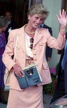 On Sunday July in Princess Diana and her mother Frances attended the Men's Singles Final at Wimbledon between Pete Sampras and Jim Courier. Princess Diana Fashion, Princess Diana Family, Princess Diana Pictures, Princes Diana, Royal Princess, Princess Of Wales, Lady Diana Spencer, Diana Williams, Daughter In Law
