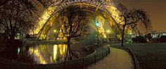 Le pied de la Tour Eiffel