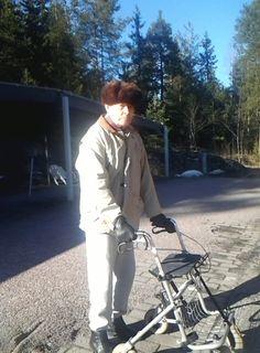 Vekan 93 v. kanssa ulkoilemassa. Ihana kevätpäivä! Veka halusi, että ulkoilun jälkeen soitetaan pojalle Ruotsiin, että hän oli ulkoilemassa.
