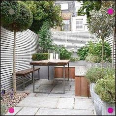 City Gardening Small Patio Garden with Wooden Bench - Small garden ideas and small garden design, from clever use of lighting to colour schemes and furniture, transform a tiny outdoor space with these amazing small garden design ideas. Concrete Patios, Patio Slabs, Small Backyard Design, Small Patio, Patio Design, Home Design, Modern Design, Small Backyard Landscaping, Exterior Design