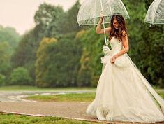 Transparent umbrella   Rainy wedding   matrimonio sotto la pioggia   sposa bagnata, sposa fortunata   for more ideas: http://theproposalwedding.blogspot.it/2013/10/sposa-bagnata-sposa-fortunata.html