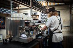 Bestes Barista Equipment im Königs Café Castle. Pop-Up Café von König Koffein in der Alten Münze in Berlin. Espressomaschine von Rocket Espresso aus Milano.