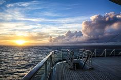 SUNSET   Ein entspannter Tag an Bord der EUROPA 2 neigt sich dem Ende zu.    A relaxing day onboard EUROPA 2 comes towards an end.    MEMORABLE MOMENTS Eine Kreuzfahrt mit der EUROPA 2 / MEMORABLE MOMENTS A cruise with EUROPA 2. Foto: © Hapag-Lloyd Cruises