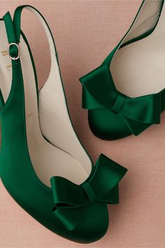 Bow-Topped Slingbacks from BHLDN Pantone emerald green satin bowed, sling back bridal pump. Pretty Shoes, Beautiful Shoes, Gorgeous Heels, Crazy Shoes, Me Too Shoes, Wrap Heels, Bow Tops, Pumps, Green Satin