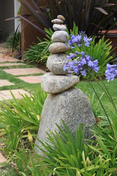 Learn how to use rocks in the garden to make rock crafts, pebble mosaic and even painted racks or inspirational stones! River Rock Landscaping, Landscaping With Rocks, Rock Sculpture, Garden Sculpture, Decorative Garden Stones, Pagoda Garden, Zen Garden Design, Garden Yard Ideas, Rock Decor