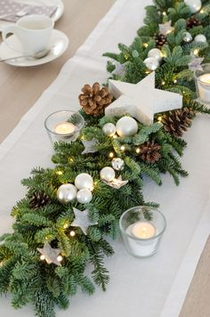 Gesteck aus Eukalyptus und Craspedia – Eine moderne Adventsdeko-Idee Tie the pine garland with a str Christmas Table Centerpieces, Christmas Table Settings, Christmas Tablescapes, Xmas Decorations, Holiday Tables, Christmas Home, Christmas Wreaths, Christmas Crafts, Christmas Ornaments