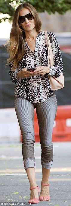 Fashionista: Sarah Jessica Parker wore a leopard-print button-up blouse teamed with striped jeans and pink peep-toe pumps Love Her Style, Looks Style, Casual Looks, Style Me, Sarah Jessica Parker, Estilo Cool, Look 2015, Rick Ross, Striped Jeans