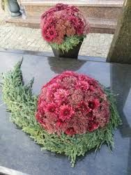 Most current Pictures Wreath funeral Style There may be and so lots of things to preoccupy hobby lovers in Christmas but certainly doing your p Funeral Flower Arrangements, Modern Flower Arrangements, Funeral Flowers, Art Floral Noel, Arte Floral, Grave Decorations, Flower Decorations, Picture Wreath, Flower Crowns