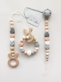 Beautiful pacifier chain, Maxicosikette and gripping ring made of natural wood balls (untreated) and silicone hexagonal beads in totally beautiful pastel shades . Newborn Toys, Newborn Gifts, Baby Gifts, Handgemachtes Baby, Baby Box, Diy Bebe, Wooden Baby Toys, Dummy Clips, Baby Teethers