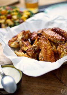 Pyszne, klejące, pikantne pieczone skrzydełka z kurczaka. Pokocha je cała rodzina