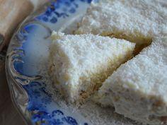 ένα γλυκάκι που θα λατρέψετε, γιατί γίνεται πολύ γρήγορα και είναι πολύ εύκολο. σαν..ραφαέλο (γλυκό με μπισκότα και ινδοκάρυδο) υλικα 1 γάλα ζαχαρούχο 1 φυτική κρέμα γάλακτος 3 τεμάχια κρέμα στιγμής 1 λίτρο φρέσκο γάλα 2 πακέτα μπισκότα πτι μπερ 250 γρ. ινδοκάρυδο Α! Greek Sweets, Greek Desserts, No Cook Desserts, Sweets Recipes, Greek Recipes, Candy Recipes, Easy Desserts, Cooking Recipes, Greek Cake