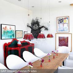 Der rustikale Holztisch verleiht dem modernen Esszimmer eine gemütliche Note. Die Hängeleuchten aus Glasflaschen sorgen für ausreichende Beleuchtung. …