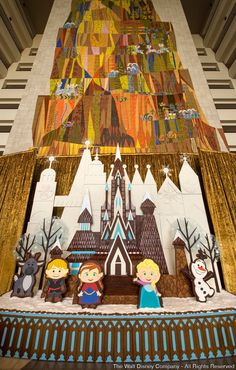 Novo castelo de gelo (de pão de mel) é confeccionado no Disney's Contemporary Resort, inspirado no popular filme de animação Frozen Com mais de 5 metros de altura ele é visível no Grand Canyon Concourse (Disney's Contemporary Resort) a todos os convidados que passam...