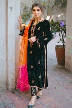 Simple Pakistani Dresses, Pakistani Fashion Casual, Indian Fashion Dresses, Dress Indian Style, Pakistani Dress Design, Pakistani Outfits, Indian Outfits, Velvet Pakistani Dress, Asian Fashion
