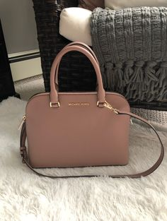 Michael Kors large Cindy dome satchel Color: Fawn Height Length Width Removable strap Two pocket on inside and zipper pocket on the other Brand new! Fashion Handbags, Purses And Handbags, Fashion Bags, Runway Fashion, Gucci Purses, Satchel Handbags, Leather Handbags, Fashion Trends, Sac Michael Kors
