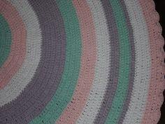 Tapete confeccionado à mão, tradicional técnica do crochê. <br>Sofisticação e aconchegante , valorizando ainda mais a decoração que você preparou para o quarto da sua bebe <br>.o material usado na produção é barbante de algodão, que facilita a lavagem constante da peça. Cores:rosa claro e branco. ,verde e lilás <br>Pode ser encomendado em outras cores e tamanhos