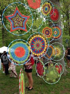 No Cost weaving art hula hoop Thoughts All over the walls. Big hula hoops… Latest No Cost weaving art hula hoop Thoughts All over the walls. Yarn Bombing, Hula Hoop Weaving, Hula Hoop Rug, Weaving Art, Mandala Au Crochet, Mandala Pattern, Guerilla Knitting, Art Fil, Deco Nature