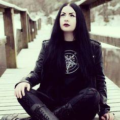 I just think she looks SO cool :) all trad goth like Dark Beauty, Gothic Beauty, Gothic Art, Dark Fashion, Gothic Fashion, Black Metal, Metal Girls, Metal Tattoo, Goth Women