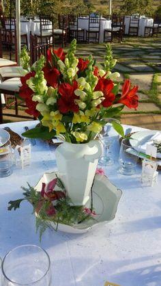 Eduardo Alexandry decorador & designer Flores e louça Wedding Alstroeméria vermelha Boca de leão amarela Orquídea cor de rosa Louça branca