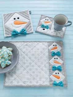 Quilt - This happy guy is easy to make and fun to have around the house. The snowman head is made from half-square triangles with an appliqued carrot nose, button eyes, and a perky bow tie. Comes with pattern for place mats, pot holders and mug rugs. Primitive Christmas, Christmas Mug Rugs, Quilted Table Runners, Table Runner And Placemats, Mug Rug Patterns, Quilted Placemat Patterns, Quilted Potholders, Christmas Quilt Patterns, Christmas Quilting Projects
