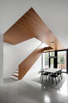 Cette nouvelle maison offre une qualité de vie pavillonnaire tout en s'insérant respectueusement à la trame urbaine d'un quartier résidentiel de Montréal.
