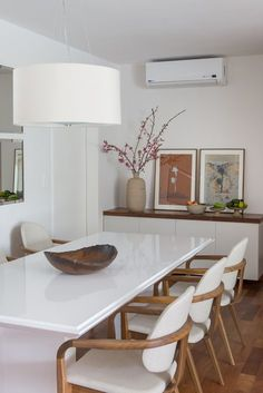 dining room with white and wood chairs and white dining table Decoration Buffet, Home Interior Design, Interior Decorating, White Dining Table, Dinner Room, Dining Room Design, Home And Living, Sweet Home, Room Decor