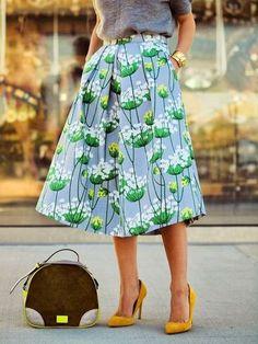 爽やかなブルーが映えるキュートなスカート!ヒールを合わせて、大人っぽい着こなしを。太めのバングルも効いています。
