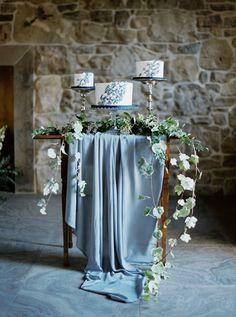 Vintage Wedding Cake Table, Wedding Cake Table Decorations, Painted Wedding Cake, White Wedding Cakes, Table Wedding, Cake Tables For Weddings, Wedding Vintage, Summer Wedding Centerpieces, Wedding Cake Display
