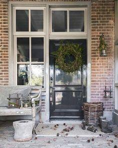 Frieda Dorresteijn (@frieda_dorresteijn) • Entry Stairs, Entry Hallway, Entry Doors, Purple Front Doors, Front Door Colors, Style At Home, Outdoor Wreaths, Outdoor Decor, House Doors