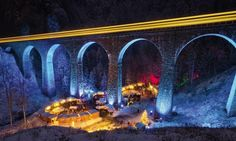 The Breitnau Market is located in Germany's Black Forest, a valley under the shadow of the 40-meter high Ravenna Gorges Viaduct. When the bridge is illuminated, the atmosphere becomes enchanting and mysterious. Its large fir trees and its special location add a special touch.