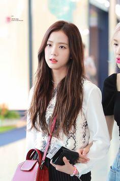 Blackpink Jisoo, Yg Entertainment, South Korean Girls, Korean Girl Groups, Black Pink ジス, Jennie Lisa, Blackpink Photos, Blackpink Fashion, Airport Style