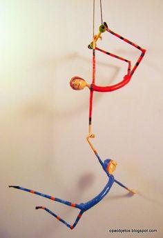 Bildergebnis für muñecos con alambre y papel Paper Mache Clay, Paper Mache Crafts, Wire Crafts, Paper Clay, Paper Art, Diy And Crafts, Arts And Crafts, Paper Dolls, Art Dolls
