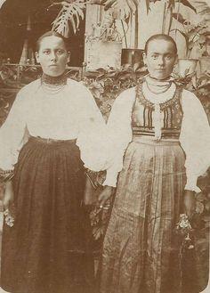 1918 ban készült Balavásáron Kis-küküllő mentén. - Hungary Folk Costume, Costumes, Hungarian Embroidery, Folk Dance, Old Photos, Embroidery Patterns, Past, Disney Characters, Fictional Characters