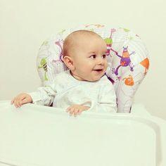 Já sou menino grande, faço minhas refeições na minha cadeira, to ficando independente.