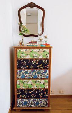 Use cor nos móveis em vez de partir para as paredes. A cômoda tem gavetas revestidas de tecidos de roupas antigas, invenções da ilustradora Cynthia Gyuru