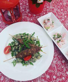 Dzień dobry, dzisiaj na danie dnia polecamy szaszłyka z mięsa mielonego z bobem i sałatką z pomidorów w śmietanie. Serdecznie zapraszamy! 🍽️#podorlem #kartuzy #trojmiasto #polishcusine #food #podorlemkartuzy #kaszuby #bestteamever #najlepszykucharz #niebowgębie #restauracja #obiad