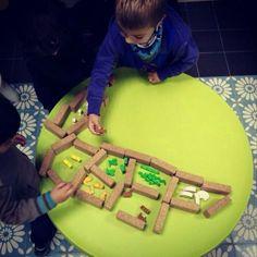Distribuint espais amb els blocs de suro de Hory. Esfera Lúdica a Girona, gràcies a Ludusmundi. @ludusmundi #jugaresesencial