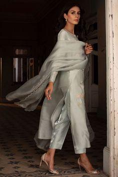 Casual Indian Fashion, Pakistani Fashion Party Wear, Indian Party Wear, Simple Pakistani Dresses, Indian Dresses, Indian Suits, Punjabi Suits, New Wedding Dress Indian, Newly Wed