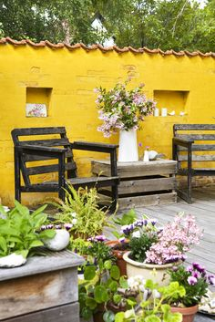 colorful patio with pots and plantings Outdoor Paint, Outdoor Rooms, Outdoor Gardens, Outdoor Living, Outdoor Decor, Patio Wall Decor, Beach Patio, Yellow Houses, Patio Makeover