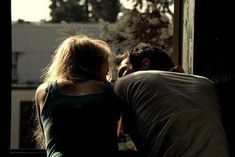 pareja enamorada platicando