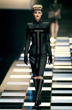 Givenchy by Alexander McQueen: Ready-to-Wear & Haute Couture - Page 2 Fashion Line, High Fashion, Fashion Show, Fashion Design, Fashion Brands, Blade Runner, Alexander Mcqueen Couture, Grey Gown, Couture Outfits