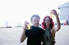 Samstag, 12.09., 17.00 Uhr – Lollapalooza, Ehemaliger Flughafen Berlin Tempelhof: MS MR gönnen sich ein Bierchen nach ihrer Show. Verdient. © Matze Hielscher