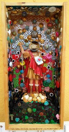 San botón. Caja hucha 17X36X9.5cm. Instalado en mercería Rosy. Nigrán, Pontevedra.