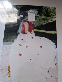 Robe de mariée bordeaux et ivoire d'occasion avec jupon et gants